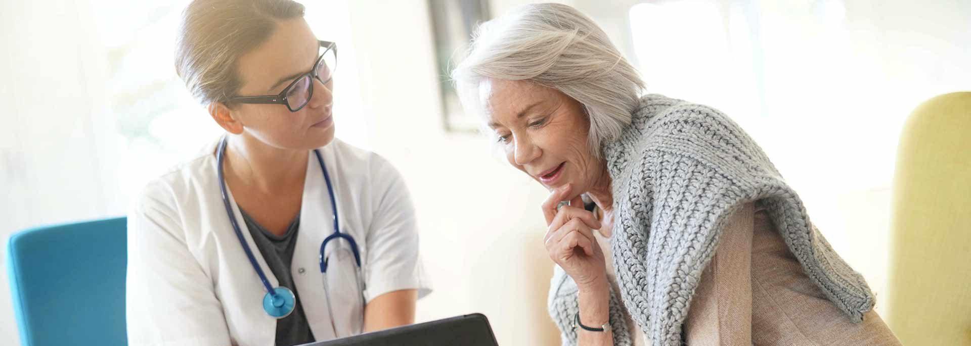 Ärztin spricht mit Seniorin