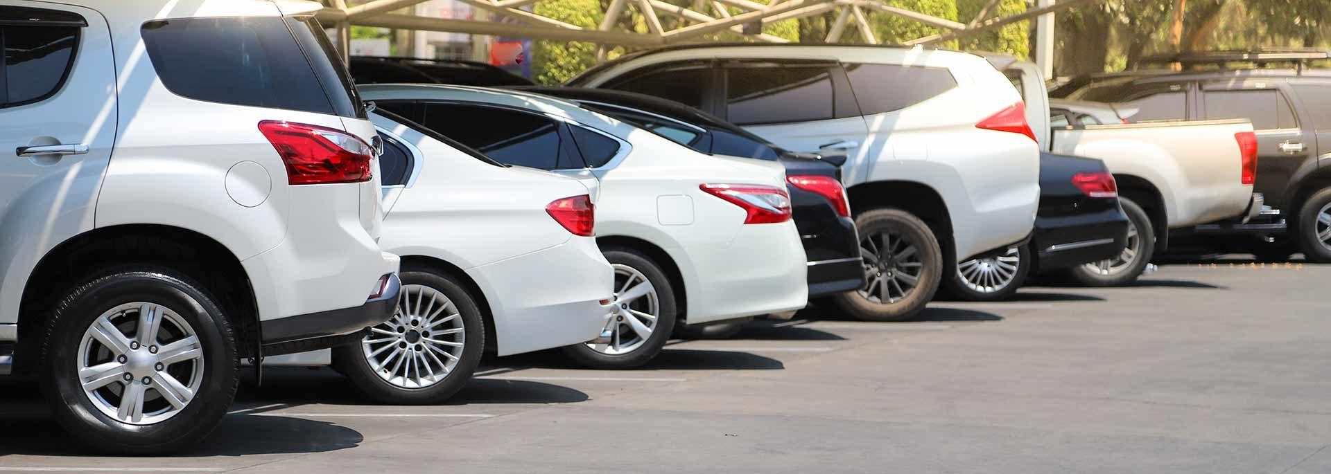 Weiße Autos auf einem Parkplatz