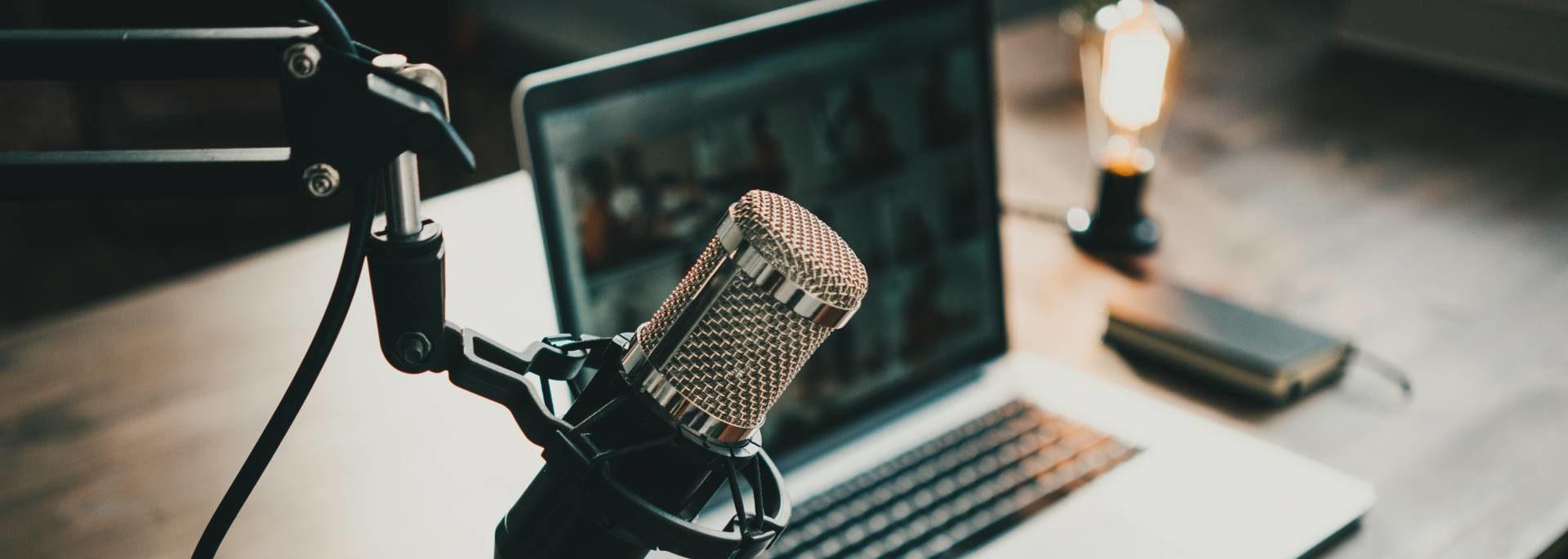 Mikrofon vor einem Laptop